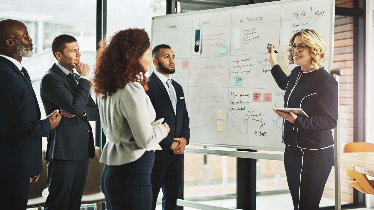 Kriteria Pemimpin Ideal Bisa Dilihat dari Sikap Kepemimpinanya yang transparansi dan berinovasi